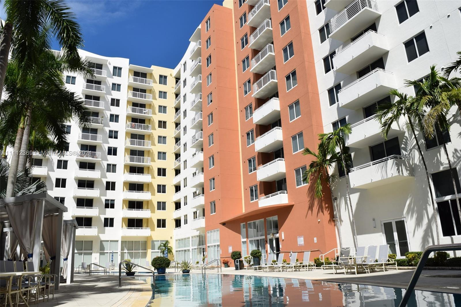 Beautiful and very spacious PH on the highly desirable building Venture at Aventura East. 2bed/2bath