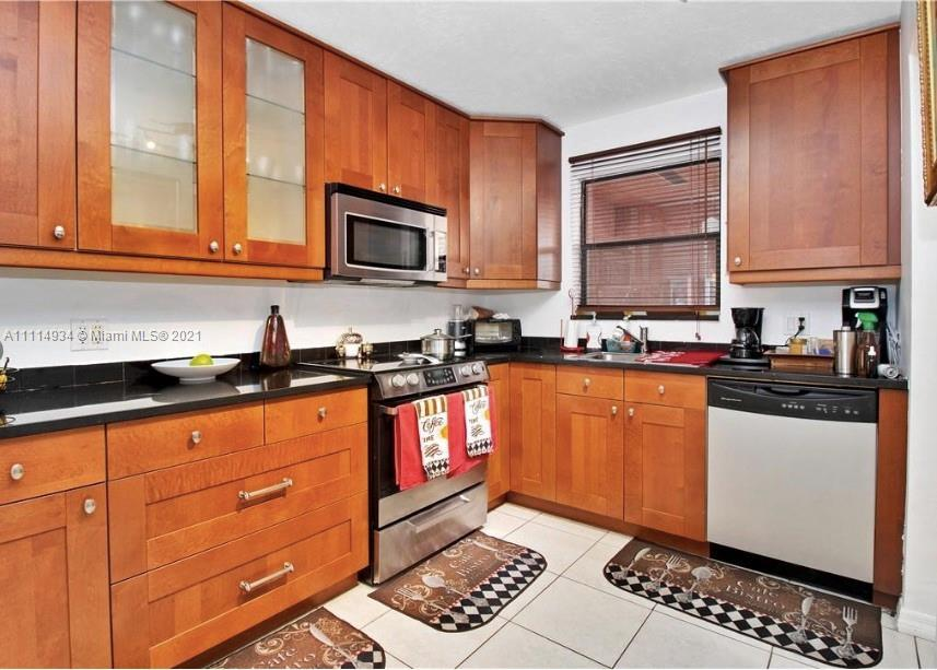 Beautiful Remodeled 2/1/1 Townhouse with 1 car garage. East Hollywood. Private Patio. New Roof. Stai