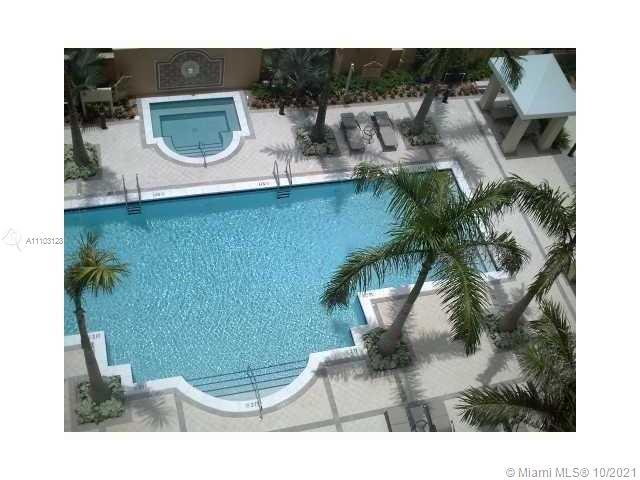 IN THE HEART OF AVENTURA PICTURE YOURSELF LIVING IN AN AMAZING DELUX LARGE 2/2 OVERLOOKING A STUNNIN