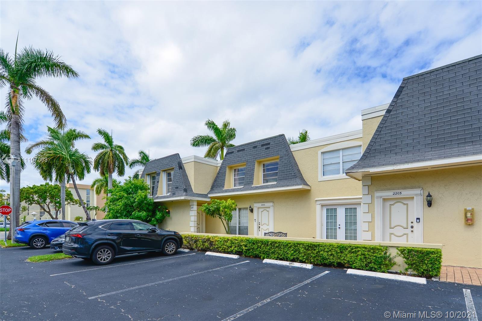 TWO FLOORS VENETIAN PARK, 3 BED AND 2, 5 BATH TOWNHOUSE. THIS BEAUTIFUL HOME FEATURES  OPEN FLOOR PL