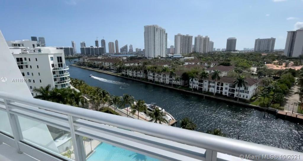 Spectacular 3bed/3.5 bath 3 Level Apartment. Spacious Kitchen with Top of the Line Appliances. Roof