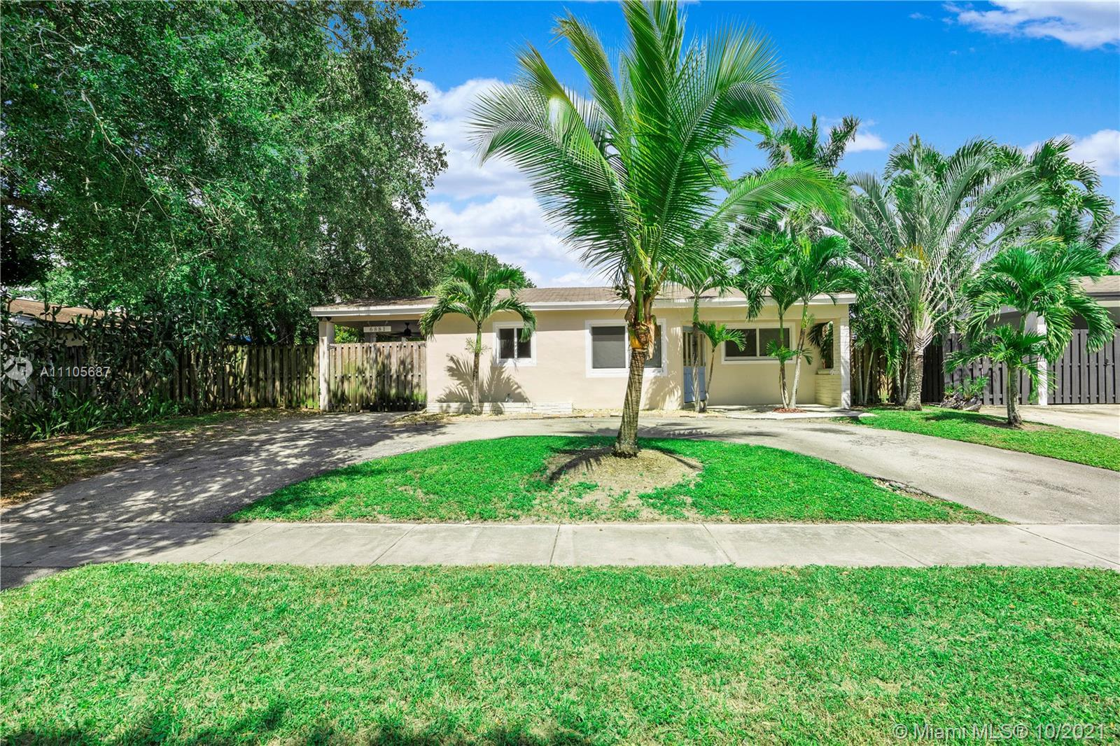 Spacious 2-Bed, 1-Bath Home With Carport In The Heart Of Hollywood On An Oversized Lot. Room To Park