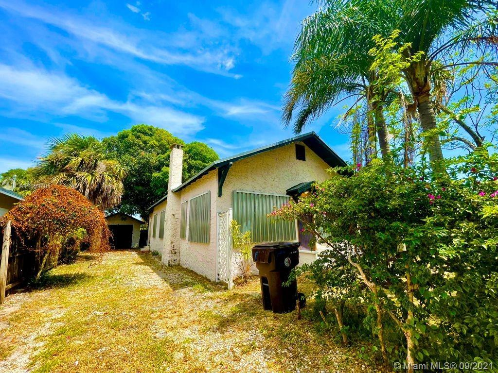 Beautiful and super solid house in the West Palm Beach area, a few blocks from the shopping centers