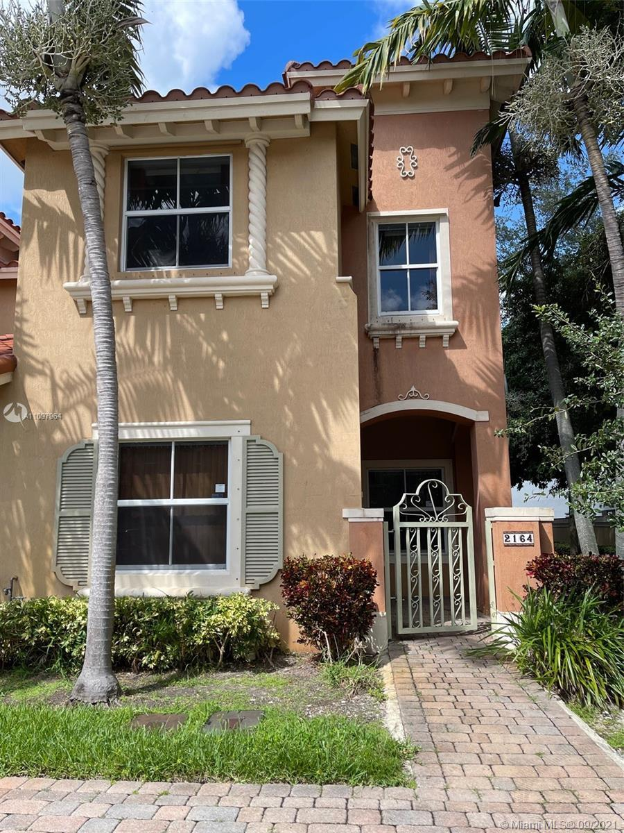 Like new 3/2.5 Townhouse in Siena. Property is corner unit, light and open. Property is almost new w