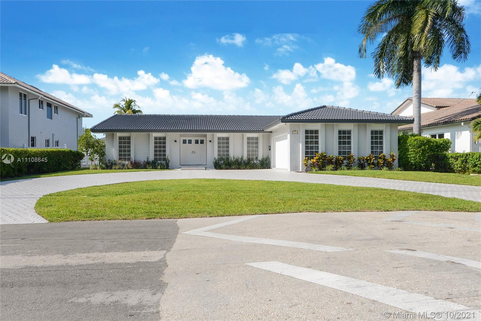 Are you looking for a Waterfront house in a gated community and great location?  Are you looking fo