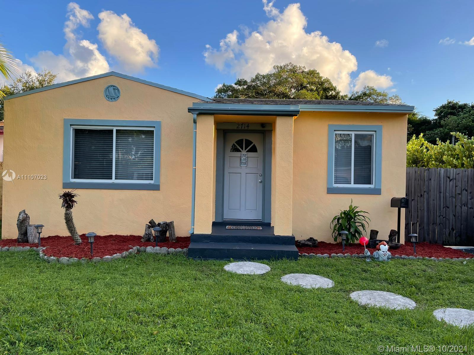 Beautiful single home in the hollywood area, Completely remodeled, Huge backyard for Entertainment a