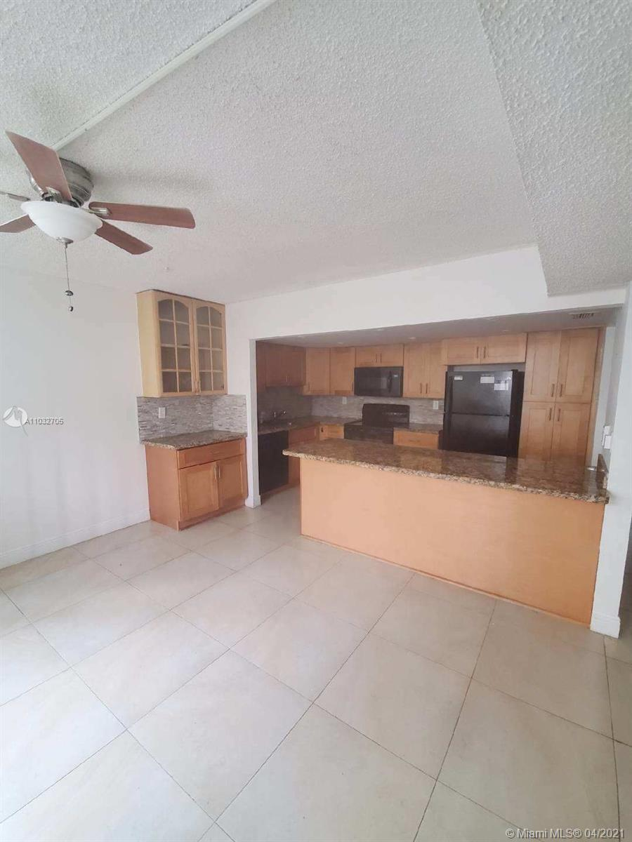 Huge living room, big balcony, washer and dryer inside of unit, close to aventura mall, FIU BBC camp
