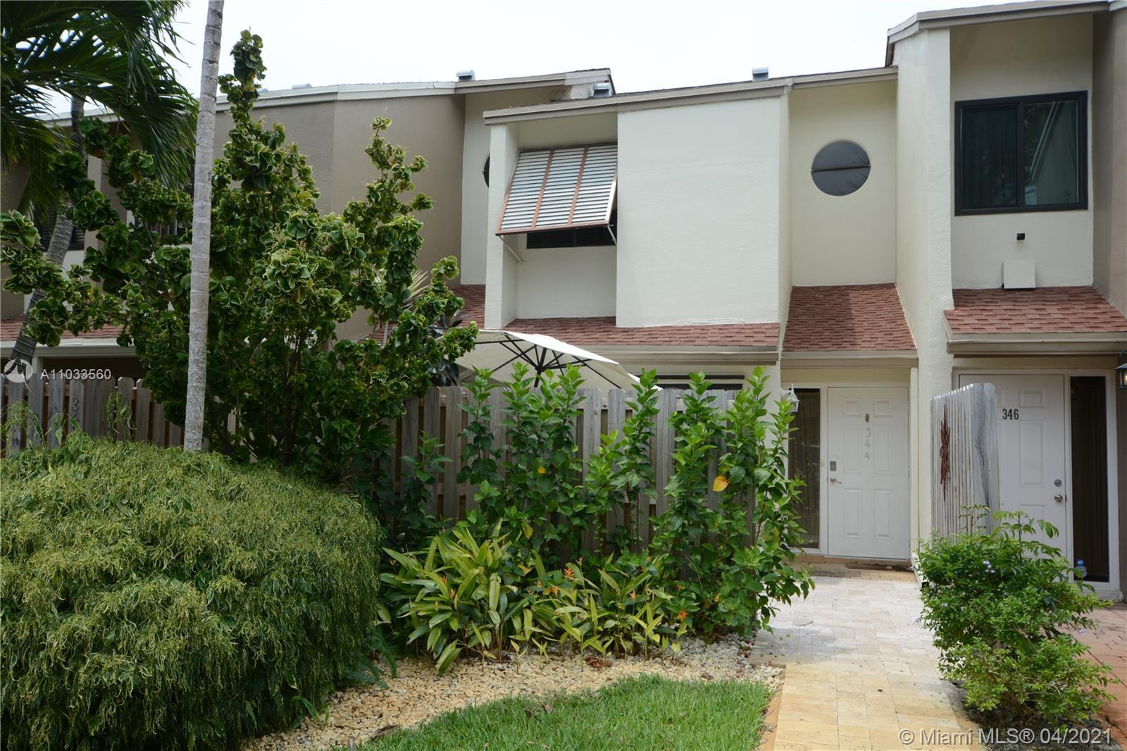 Beautifully updated 2/1.5 townhome in City View in the heart of Downtown Fort Lauderdale right next