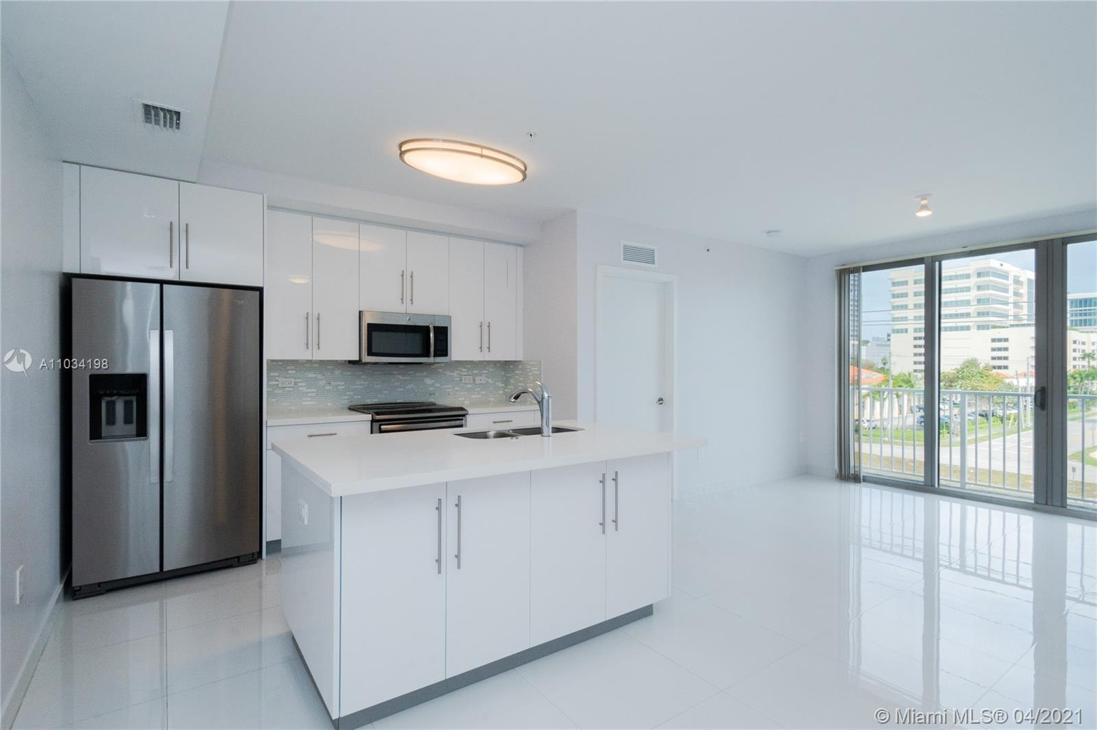 A beautiful 2/2 split floor plan corner unit in New Building. View Overlooks the City of Aventura, w