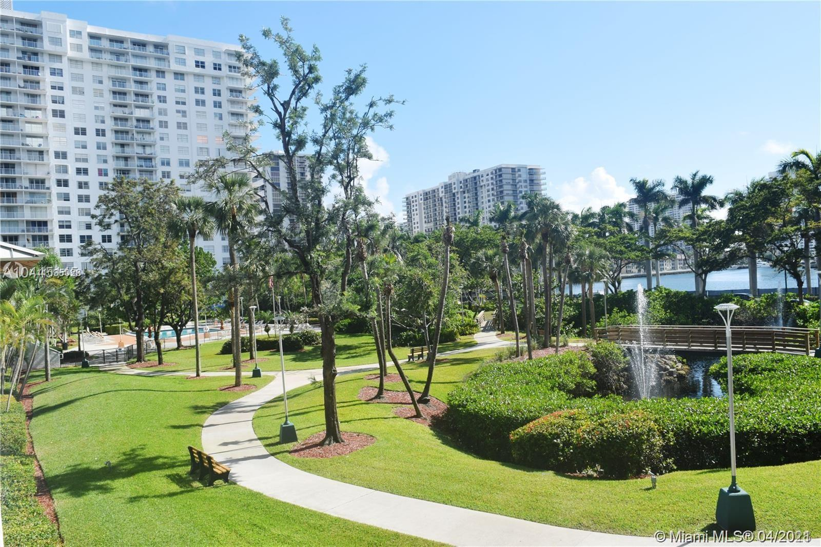 Large and bright 2/2 split floor unit in the heart of Aventura! Garden and water views from oversize