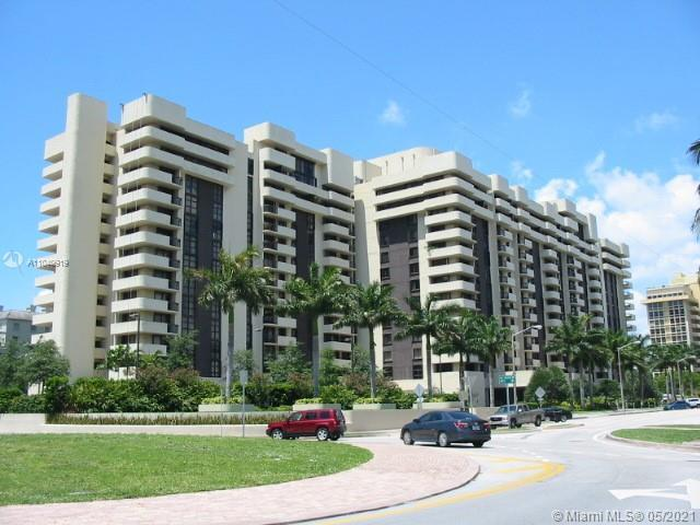 Renovated, wide open floor plan, unique 2/2 for those who want an open space. Beautiful panoramic 8t