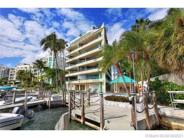 Pelican Reef Coconut Grove luxury condo is located in the heart of Coconut Grove, Florida -USA. 