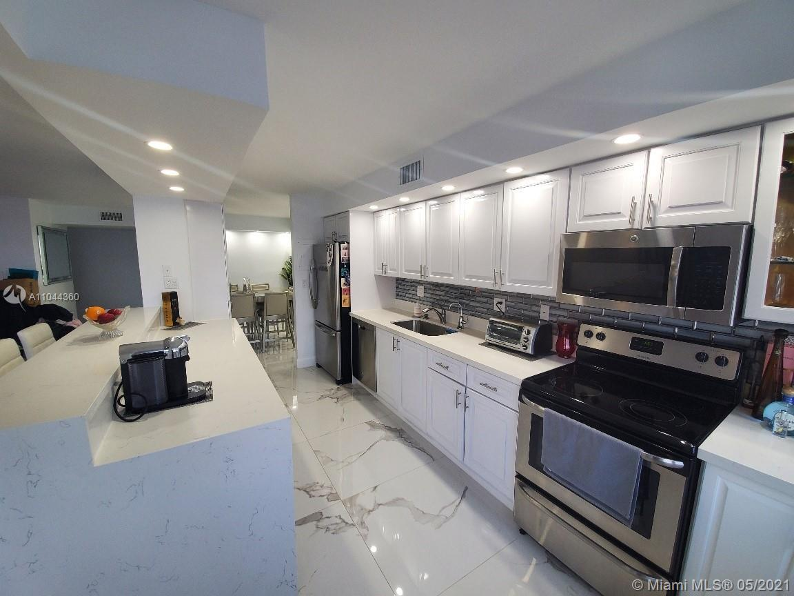 STUNNING LARGE APARTMENT WITH THE GREATEST WATERVIEW ,MODERN OPEN KITCHEN WITH LOTS OF NATUAL LIGHT.