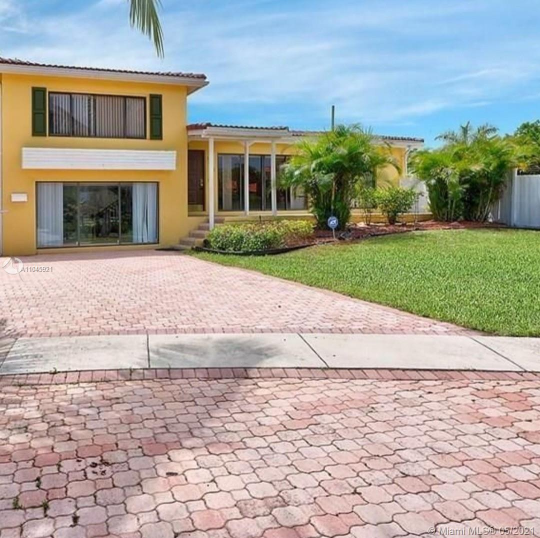 Wonderful opportunity to own in amazing East Boca, just minutes to the beach. Walk to Lake Wyman par