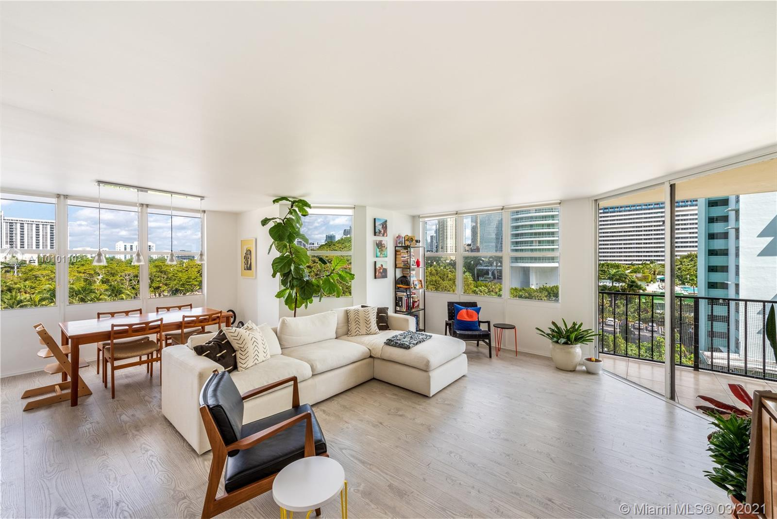 Gorgeous and bright corner unit! All rooms have generous windows allowing light to come in throughou