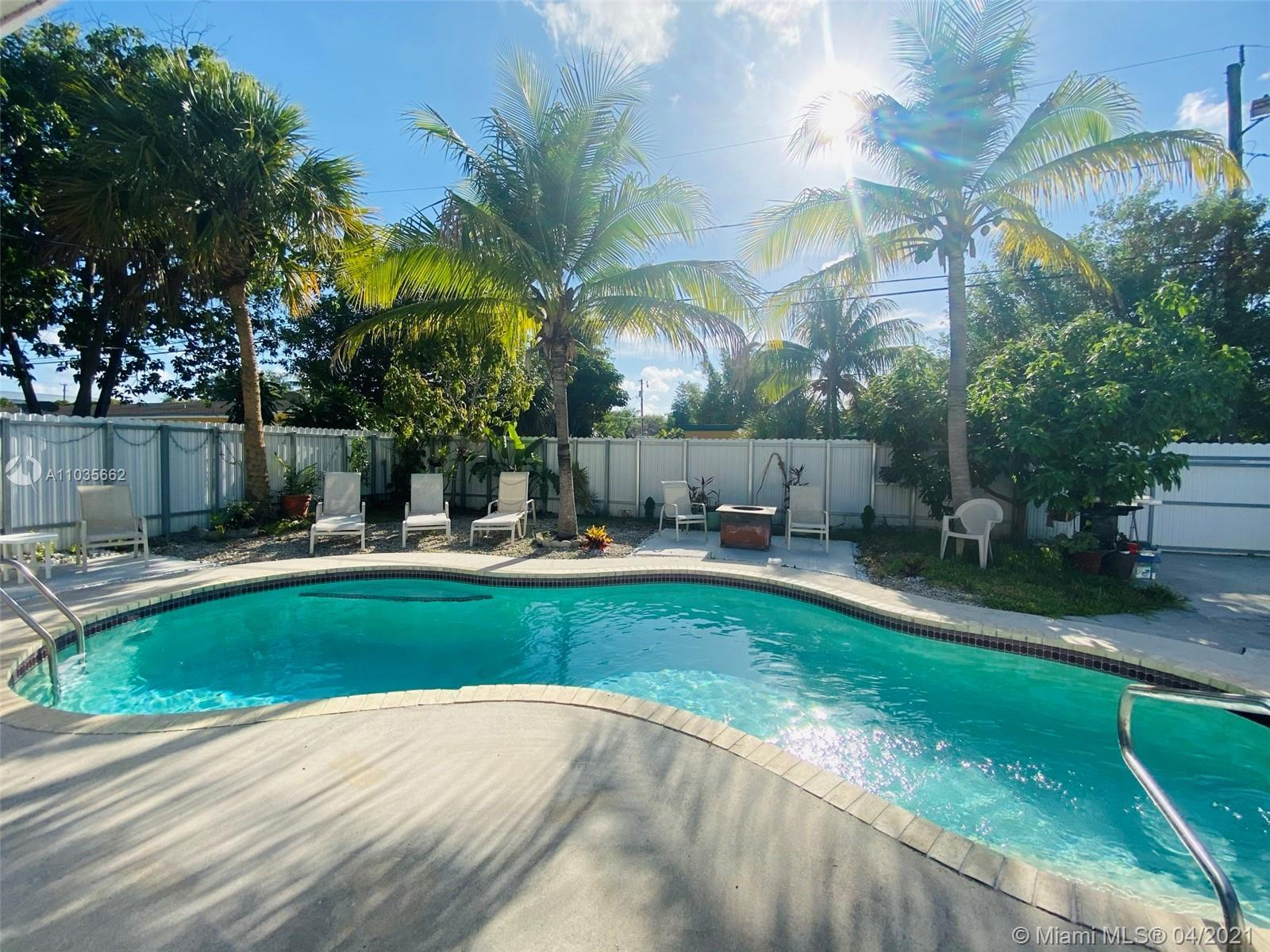 Tropical paradise - minutes away from shopping and entertainment, located on a quiet street just off