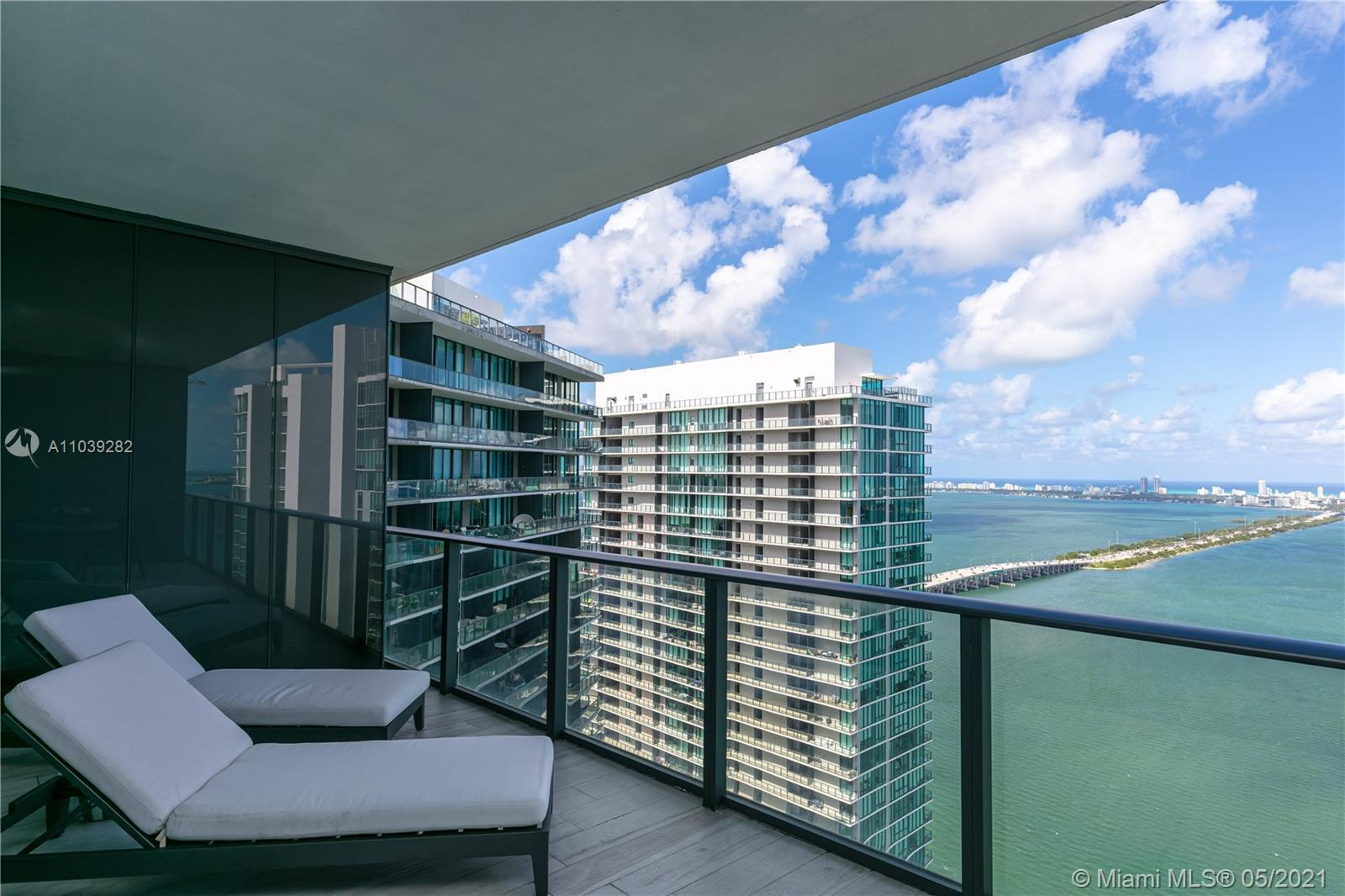Exclusive unit located on the 45th floor in Gran Paraiso. Breathtaking views from this amazing unit