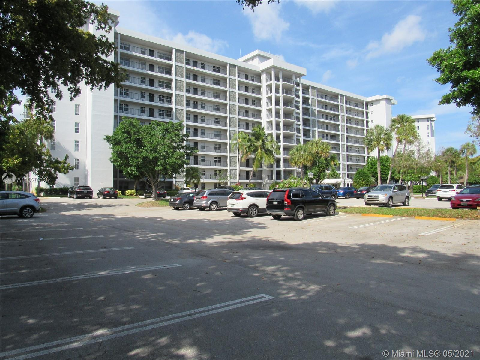Beautiful 2 bedroom 2 bath apartment in great condition with a spectacular view on a golf course and