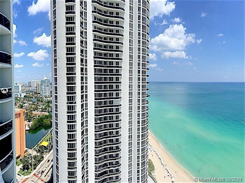 Positioned with a direct ocean view, this stylish apartment is an opportunity to own an oceanfront t
