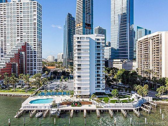 Beautiful 2/2 Apartment on the heart of Brickell, completely remodeled, New floors, new kitchen and