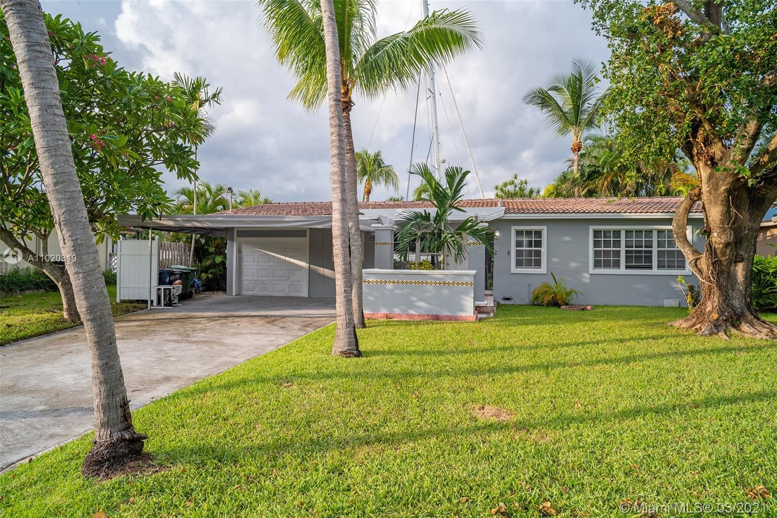 Charming and spacious 2 bedroom / 2 bathroom, 70 ft waterfront property in Lauderdale Harbors with o