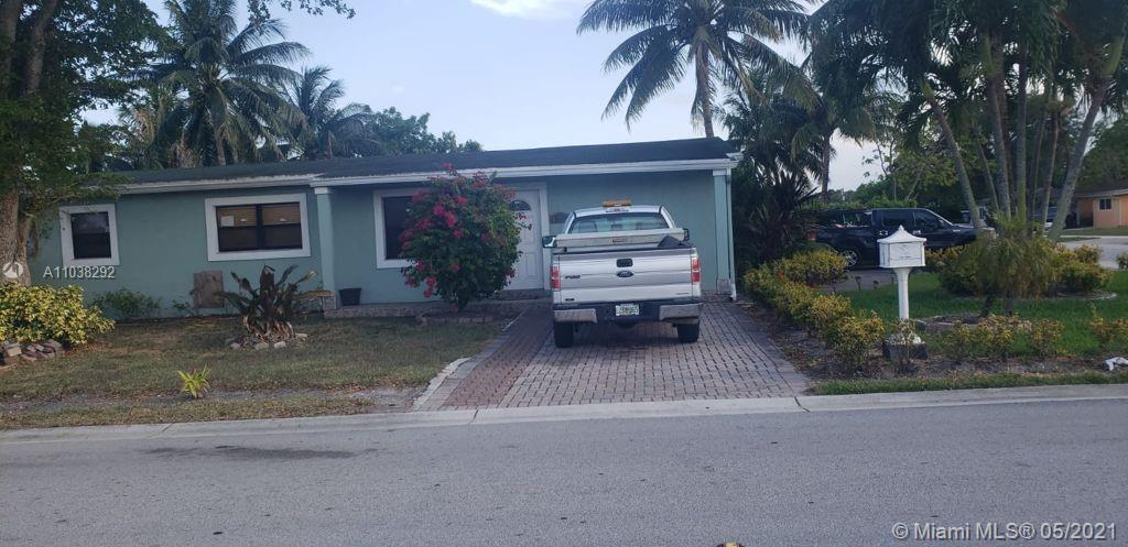 3/2 SINGLE FAMILY HOME ON A LARGE CORNER, NO ASSOCIATION.