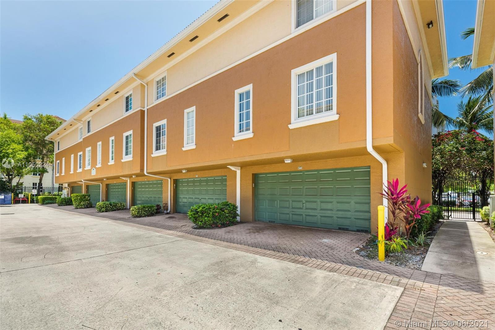 Amazing opportunity to own a townhouse in Aventi. Aventura is one of the best cities in Miami-Dade c
