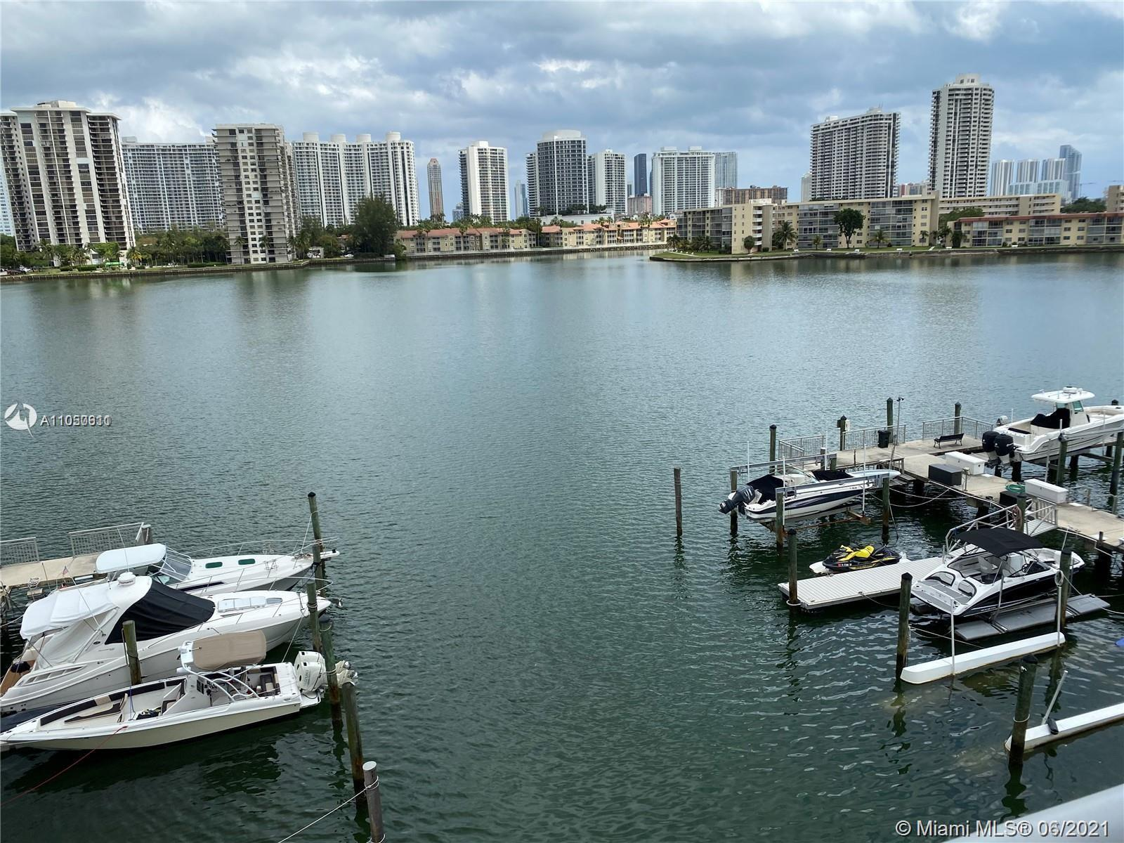 Amazing water view. Excellent location. Walking distance to supermarket, restaurants, banks, shoppin