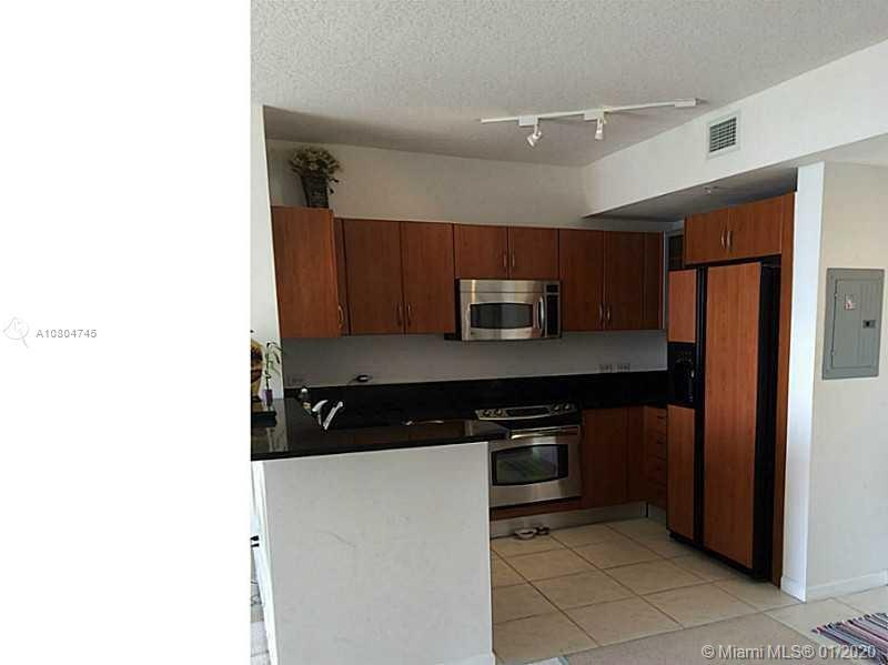 AMAZING & SPACIOUS 1/1 IN THE HEART OF AVENTURA. BEAUTIFUL CONDO, GYM, POOL, FITNESS CENTER, VALET P