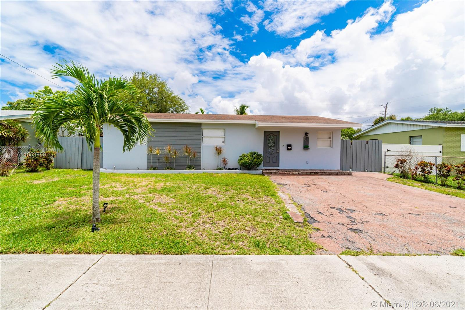 COME AND SEE THIS ONE-STORY HOME LOCATED IN THE WEST HOLLYWOOD AREA. TILE AND LAMINATE THROUGHOUT TH