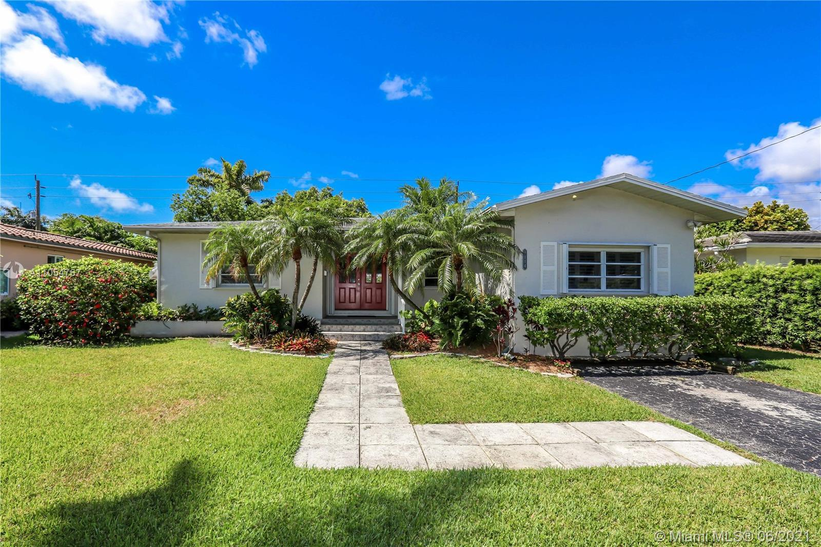 Great Location in the Heart of Hollywood Lakes only Two Blocks from Southlake! This Home Features a