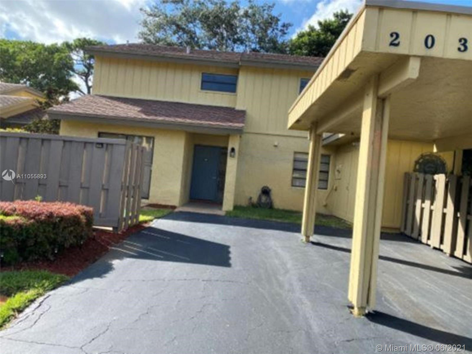 Spacious 3/2.5 Large Townhouse in Deer Creek Country Club; Renovated; Granite Counter Tops; Stainles