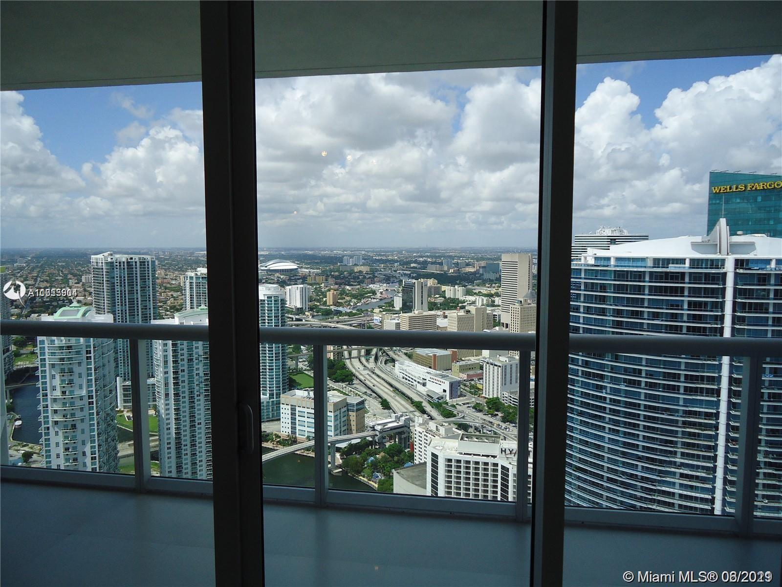 Spectacular 1/1 lower pent house in the most desirable building in Brickell. Open city view and Miam