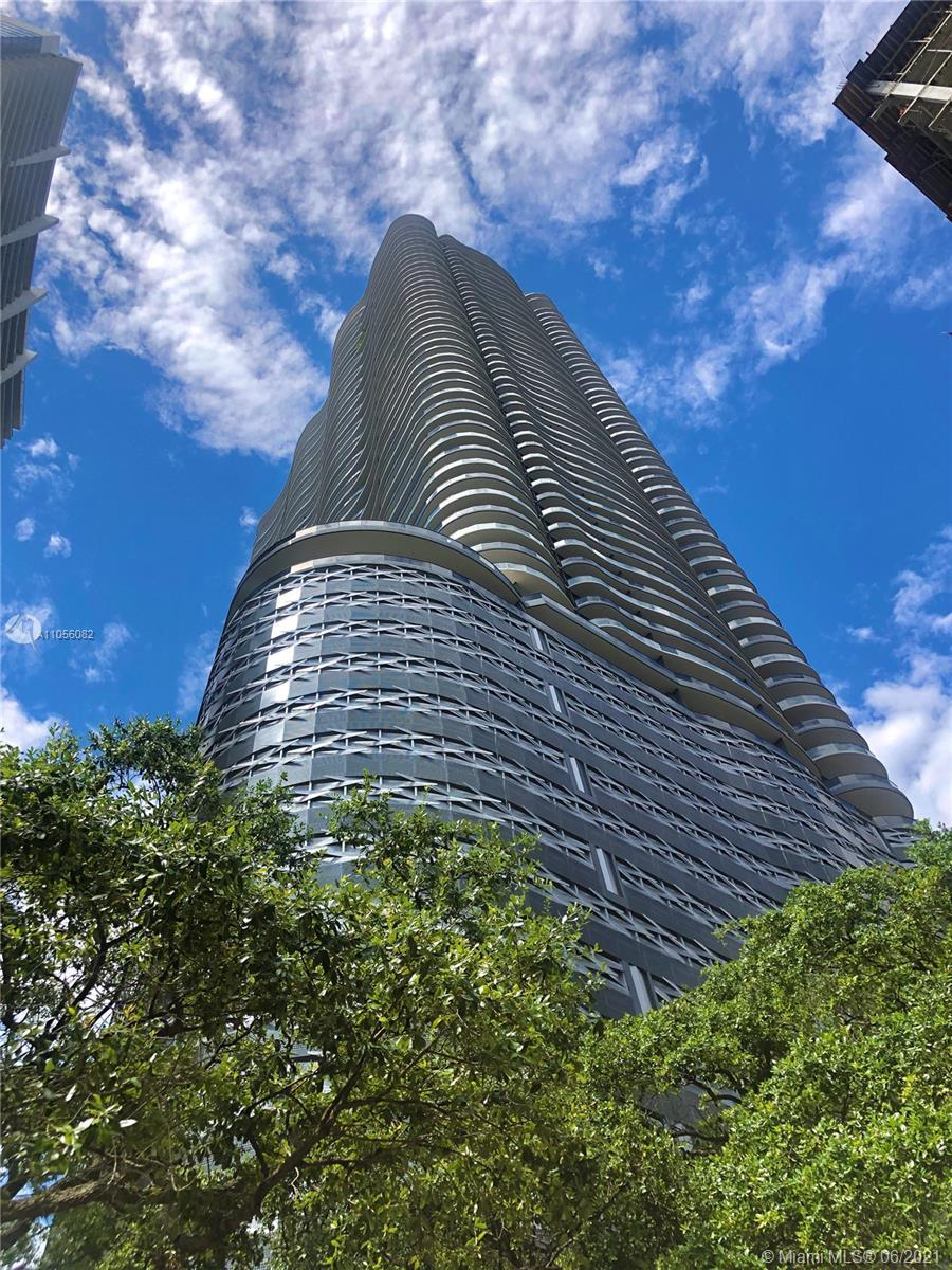 A beautiful 1/1.5 apartment with spacious balcony looking the Miami skyline in a luxury Brickell Con