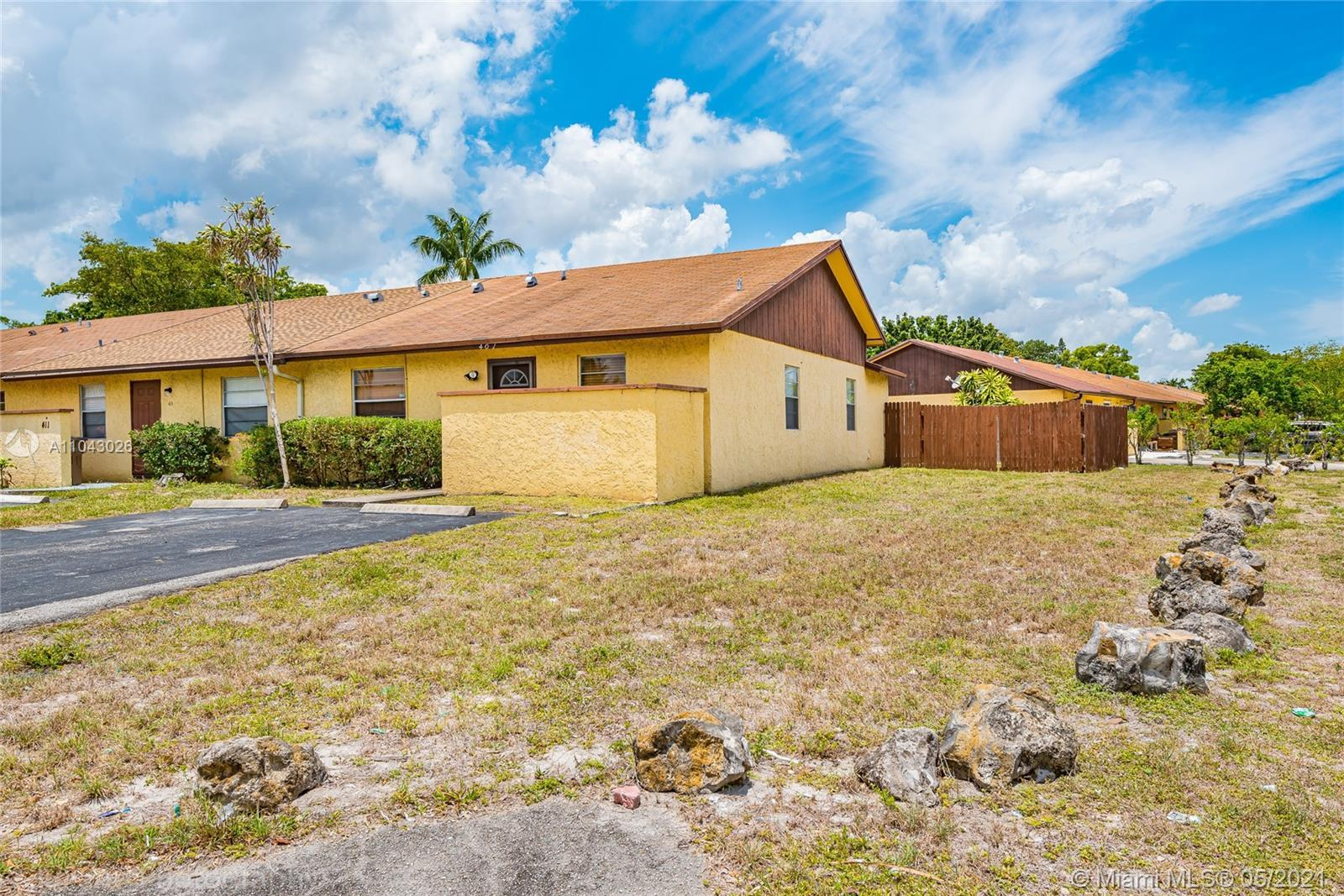 Bright and Spacious 2 Bedroom 2 Bath Corner Villa with Extra Window, Vaulted ceilings, Fenced Backya