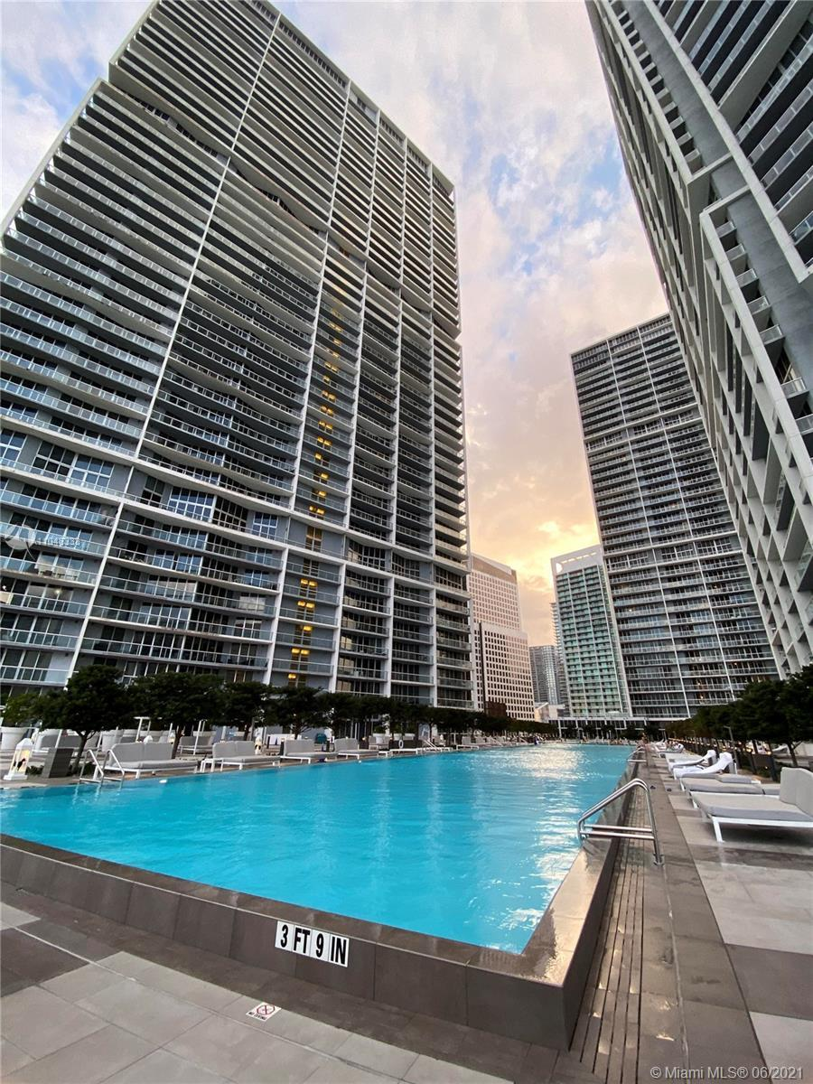Highly sought after corner unit with high ceilings and stunning water & city views. Lots of natural
