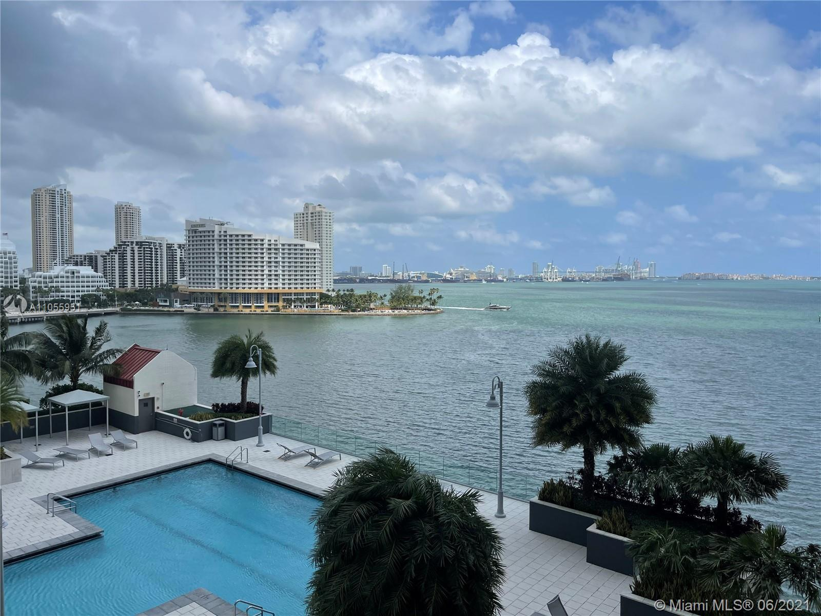 SPACIOUS 1 BED/1BATH WITH LARGE BALCONY WITH BISCAYNE BAY AND BRICKELL KEY SKYLINE. THIS UNIT FEATUR