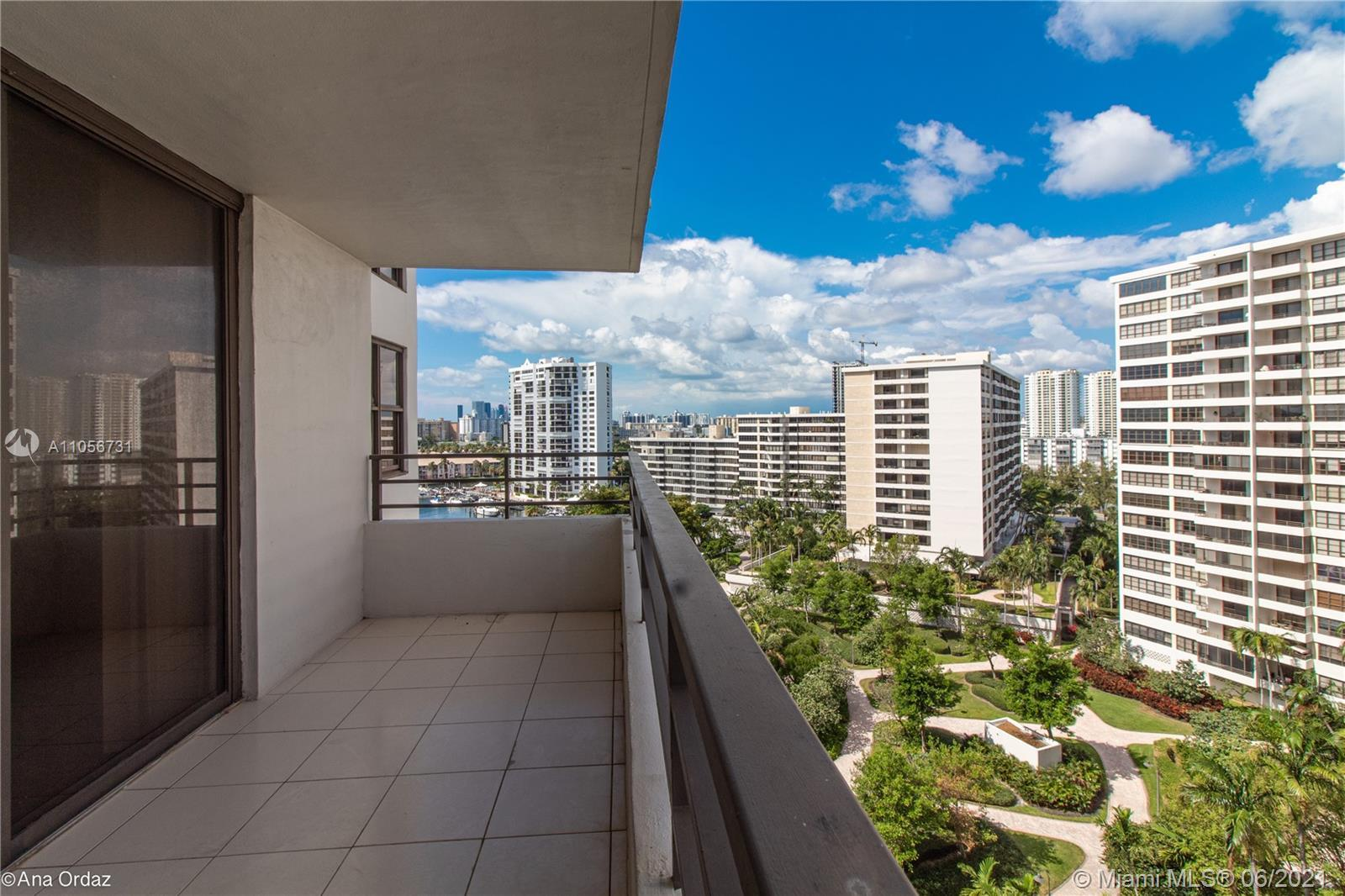 SPECTACULAR VIEWS!WELCOME TO THE OLYMPUS! GREAT LOCATION ON HALLANDALE BEACH! PRIVATE COMMUNITY WITH