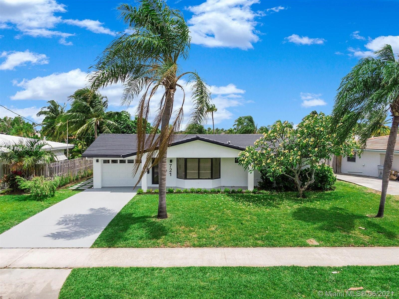 Beautifully renovated, modernized canal front house with stunning views! This boaters paradise, gorg