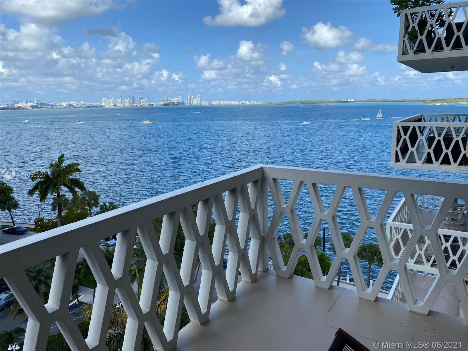 Beautiful apartment in the heart of Brickell. This unit has a gorgeous view of the ocean with a spac