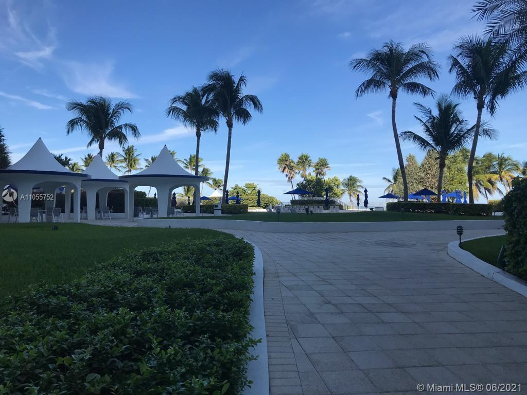 Beautiful rotonda in the heart of Miami Beach, wood floors all around the apartment, easy to show, g