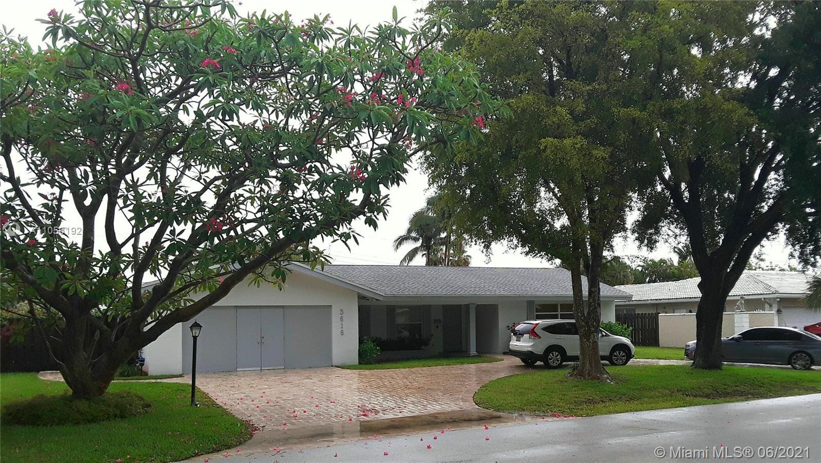 """""""CORAL RIDGE COUNTRY CLUB""""  VERY LARGE 3/2 POOL HOME LOCATED ON A QUIET STREET. SHOWS IN GOOD CONDIT"""