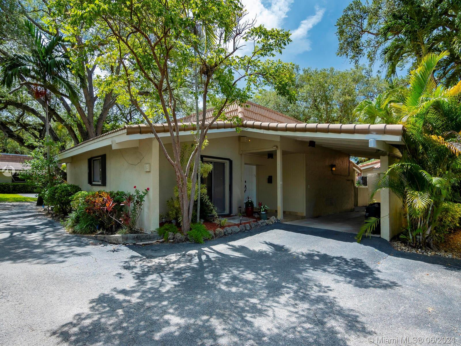 Bright and spacious one level Villa centrally located in the heart of Emerald Hills.  Finishes inclu