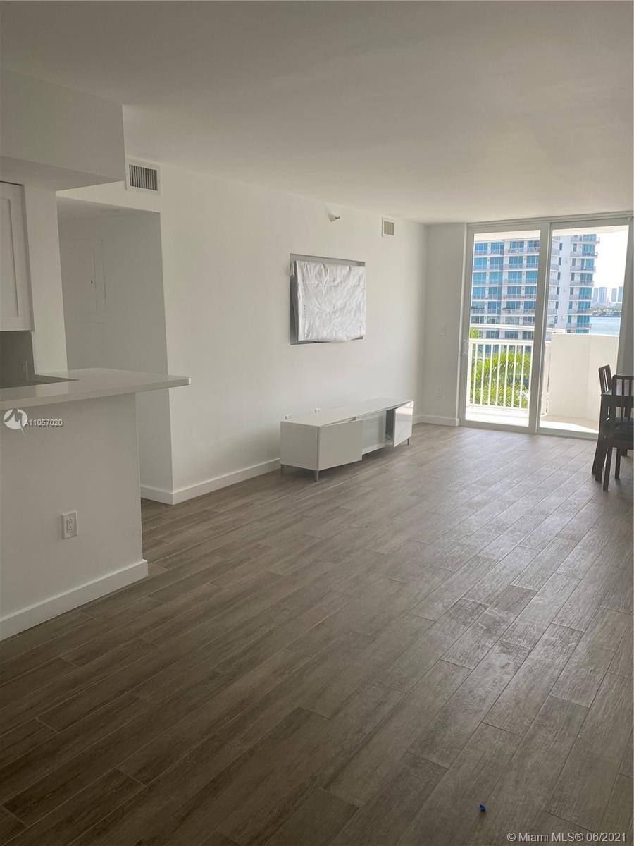 Fully renovated designer apartment in a boutique building 1/2 block from Lincoln Road and in the mid