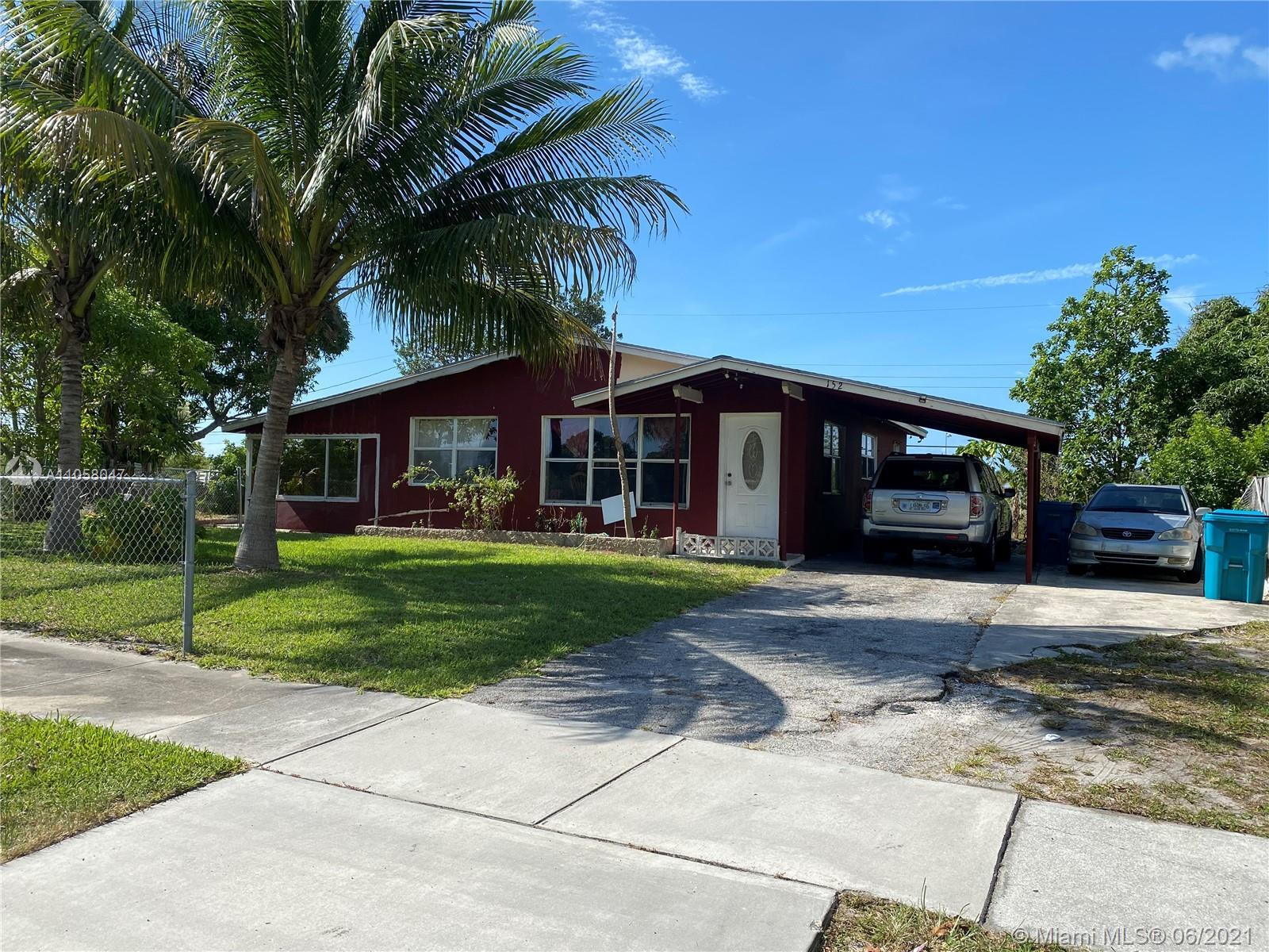 Single family house located in Boynton Beach with great protentional! Features a great front yard, h