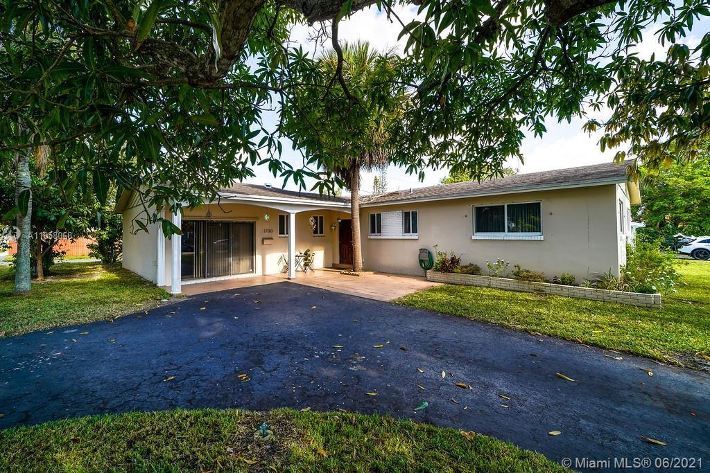 Fabulous family home in one of the great communities in Hollywood. This home offers an updated kitch