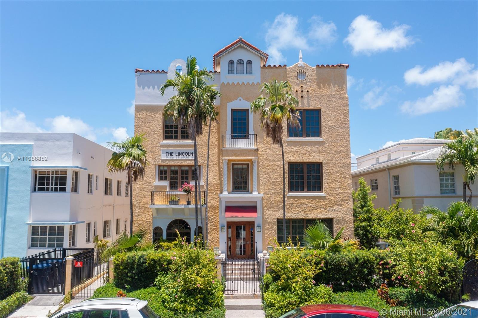 Live in the heart of South Beach and only steps away from the prestigious shops of Lincoln Road. Thi