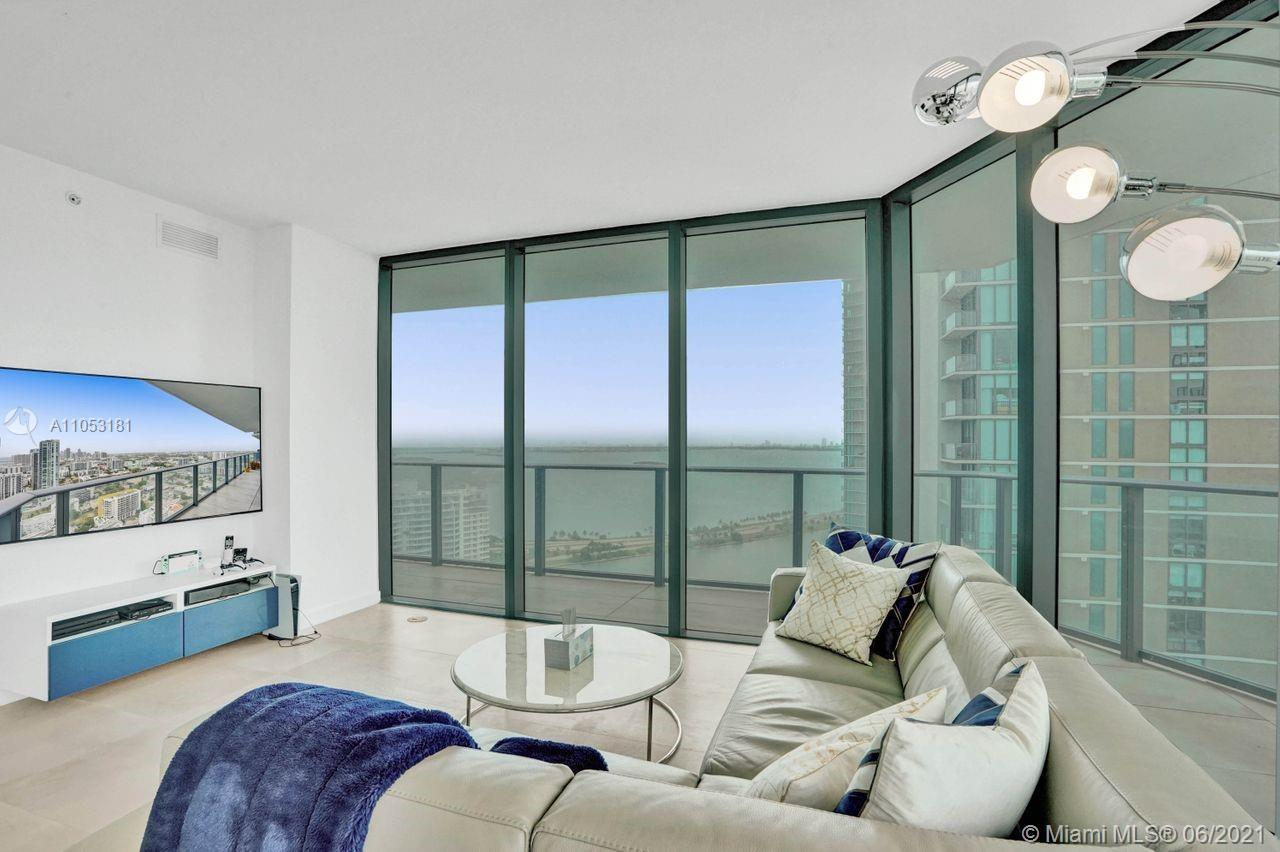 Great opportunity to enjoy a bright corner unit in one of the most trendy area of Miami. 3 bedrooms