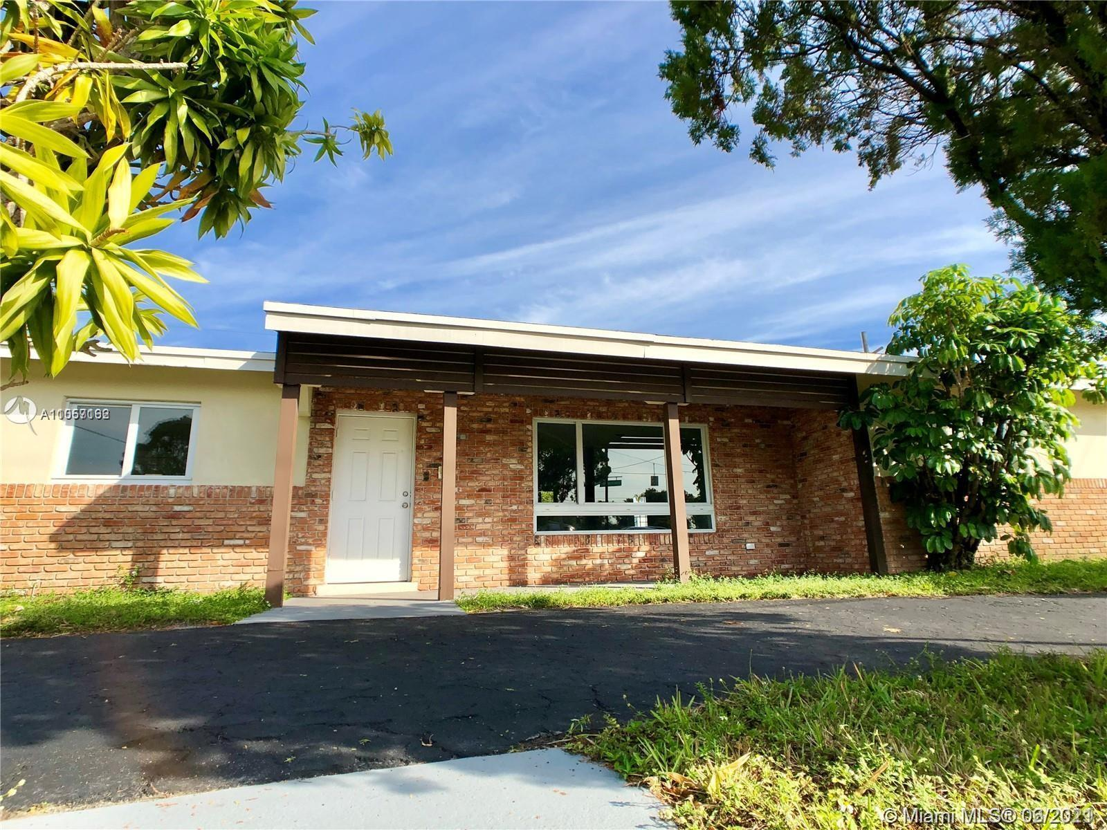 Fully renovated 3 bed, 2 bath home in corner lot in Wilton Manors. Spacious and bright! 36' x 36' ti