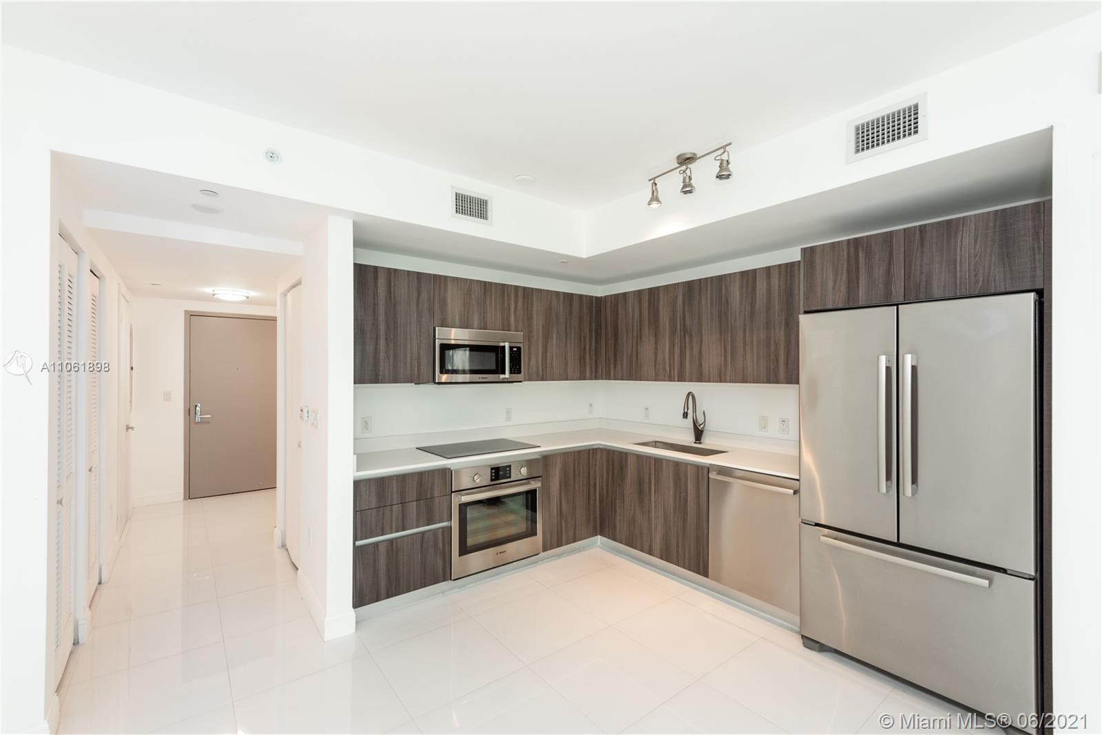 Welcome to Aria On The Bay! This beautiful apartment is located in the heart of Miami & is exquisite